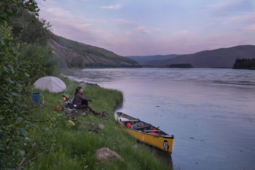 Campamento junto a la orilla.