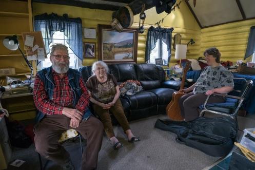 Sam y su mujer escuchan las canciones que su vecina les canta.